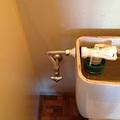 トイレタンク脇水漏れ